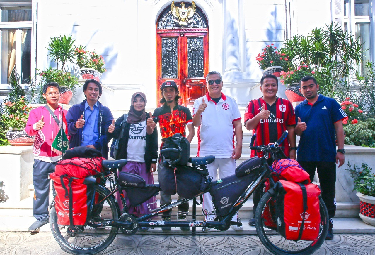 Cycling couple on a mission to spread peace and tolerance