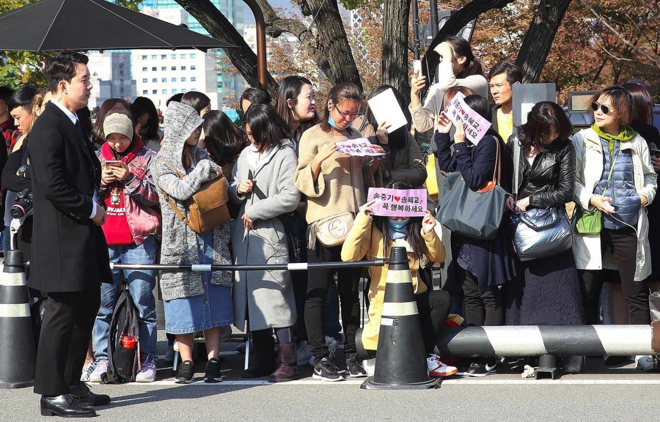Fans gather outside the venue of South Korean actress Song Hye-Kyo and actor Song Joong-Ki's wedding at a hotel in Seoul on October 31, 2017.
