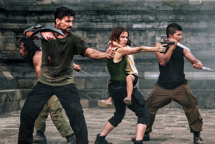 The Chief (Yayan Ruhian, left), Mark (Frank Grillo, second left), Audrey (Bojana Novakovic, second right) and Sua (Iko Uwais) fight against the aliens.