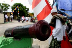 What is left: Portuguese cannons can be seem on the roadside in front of Baeliu, a place for rituals. JP/ Arief Suhardiman