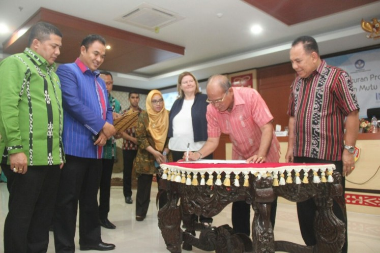 Closer partnership: East Nusa Tenggara governor Frans Lebu Raya witnesses the signing of an MoU on Thursday by Southwestern Sumba regent Markus Dairo Talu.