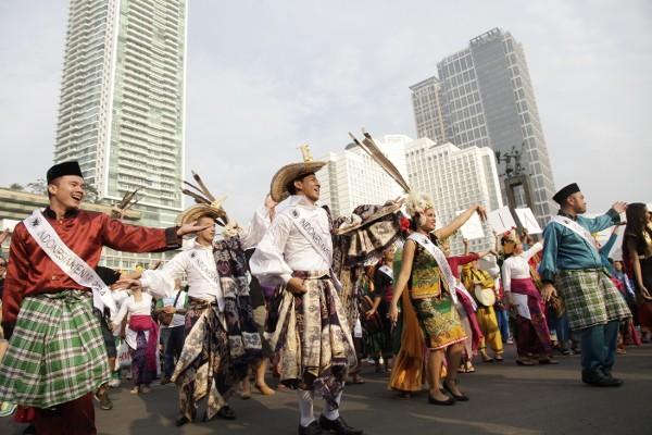 Participants dance at Indonesia Menari 2014.