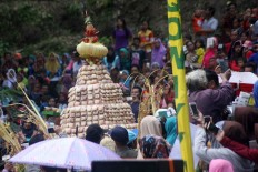 Pancake mountain: Piles of apem are brought to the main stage. JP/ Maksum Nur Fauzan