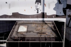 An inscription signed by then-Surabaya mayor Bambang Dwi Hartono in 2010 confirms that Jl. Pandean is the birthplace of Sukarno. JP/Anggara Mahendra
