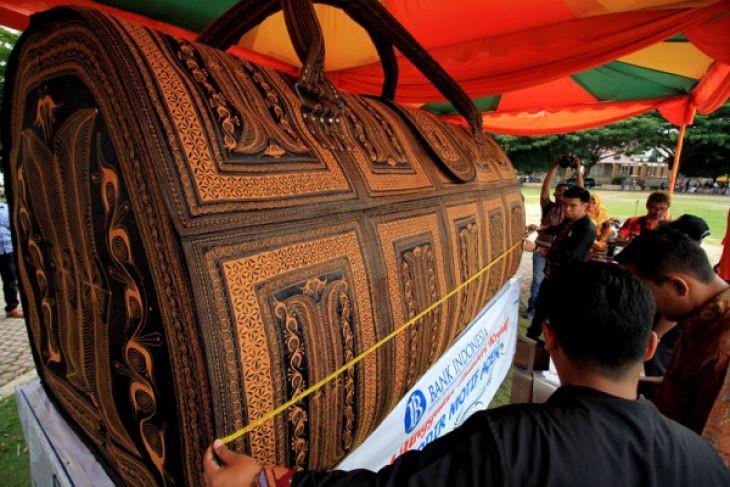 Giant bag from Lhokseumawe breaks MURI record