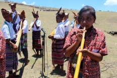 Students play bamboo flutes during the 2017 Fulan Fehan Festival held on Fulan Fehan hill in Belu Regency, East Nusa Tenggara (NTT), on Saturday, Oct. 28, 2017. JP/Djemi Amnifu