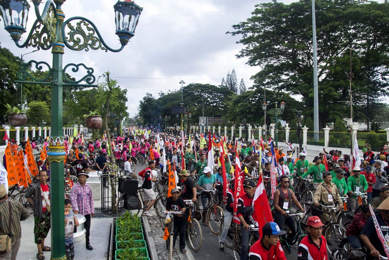 Thousands of cyclists ride their bikes in front of the Vrederburg fortress in Yogyakarta.  JP/Tarko Sudiarno
