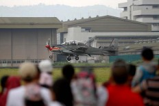 Visitors are watching a Super Tucano aircraft land at Husein Sastranegara Air Force Base. JP/Arya Dipa