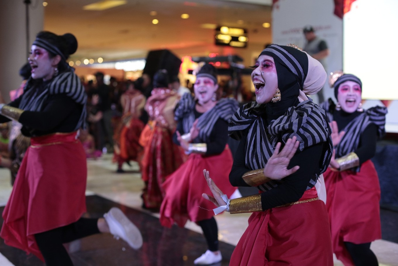 Participants show their enthusiasm during Indonesia Menari 2017 on Sunday at Grand Indonesia mall, Central Jakarta. This year's event was held in three different cities, namely Jakarta, Surakarta in Central Java and Bandung in West Java.