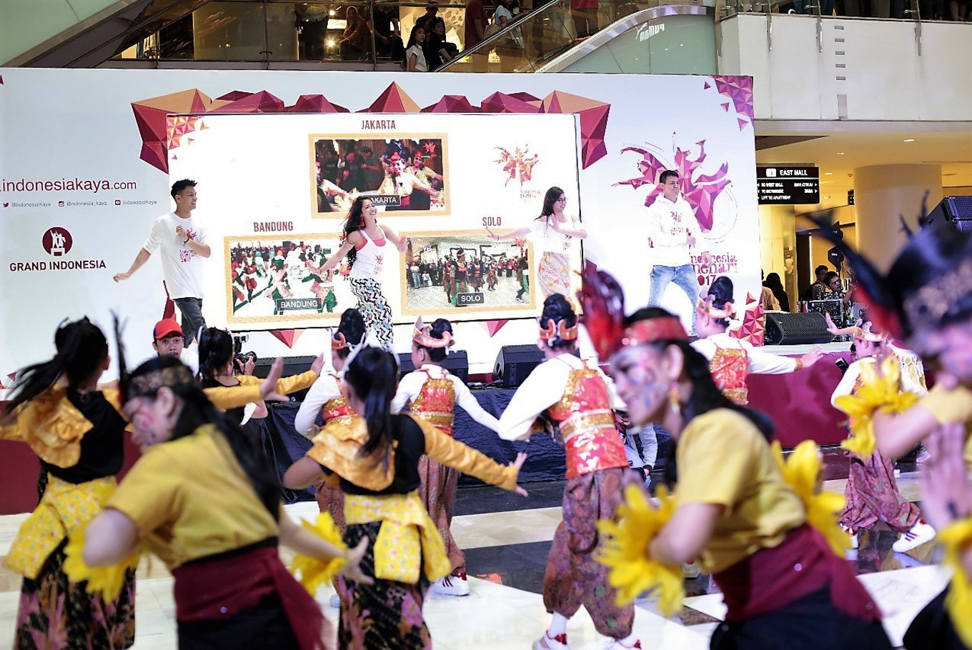 (From left to right) local actor Fero Walandouw, the event's choreographer Rosmala Sari Dewi, actress Yuki Kato and actor Marcell Darwin dance together with participants of Indonesia Menari 2017 on Sunday at Grand Indonesia mall, Central Jakarta.