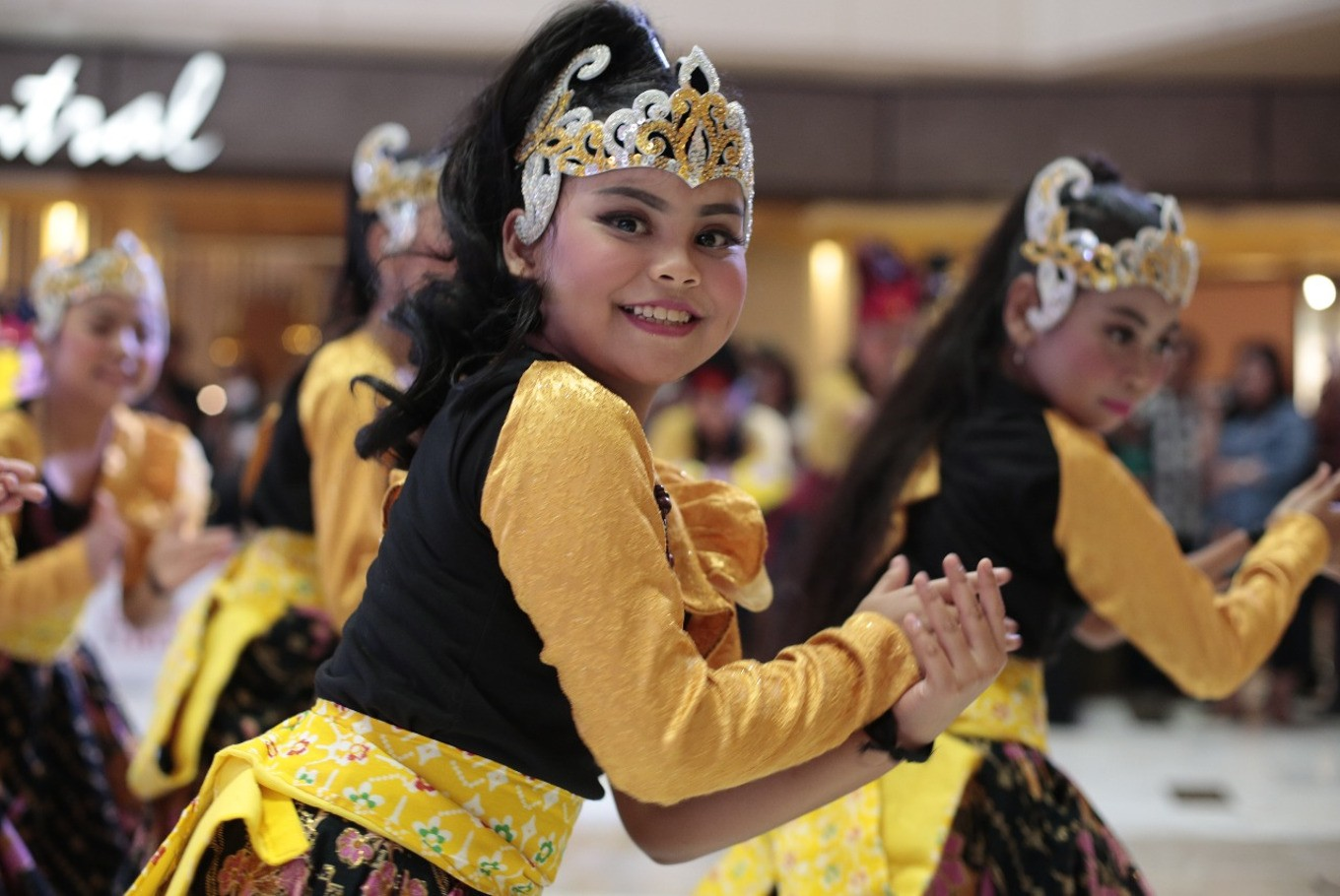 One of the participants of Indonesia Menari 2017 shows off her dance moves on Sunday, at Grand Indonesia Mall, Central Jakarta.