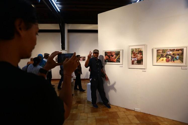 Photographer Agus Susanto is photographed in front of his photo displayed at 'Ini Ayah Hebatku' photo exhibition on Monday, Nov. 20 at Bentara Budaya, Central Jakarta.