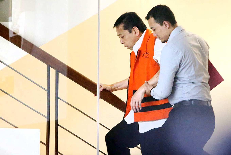 KPK begins handcuffing detainees