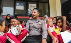 Book chat: Wahyudin interacts with students of a public elementary school in Cisoka. JP/Bangkit Jaya Putra