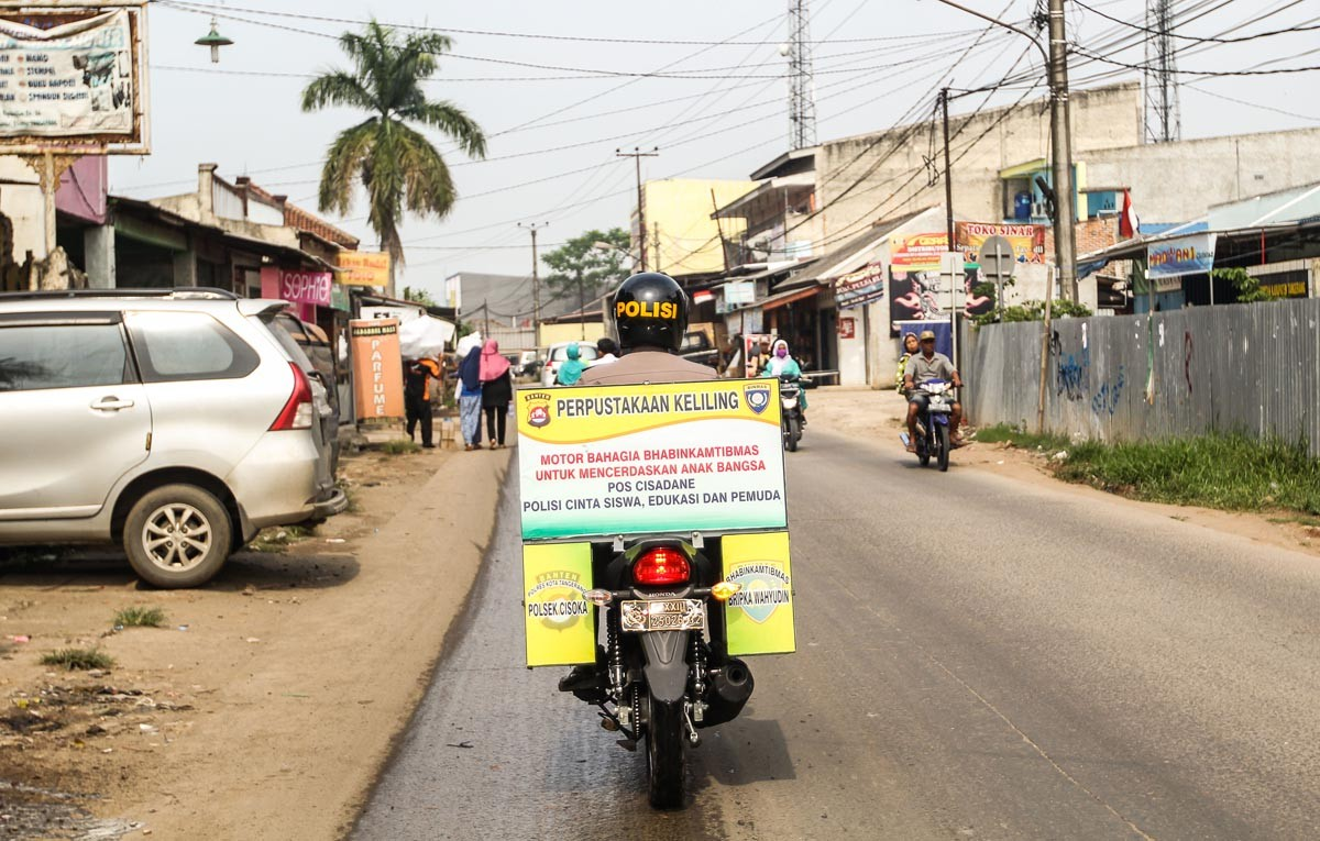 Journey to knowledge: Wahyudin rides his mobile library in Tangerang, Banten. JP/Bangkit Jaya Putra