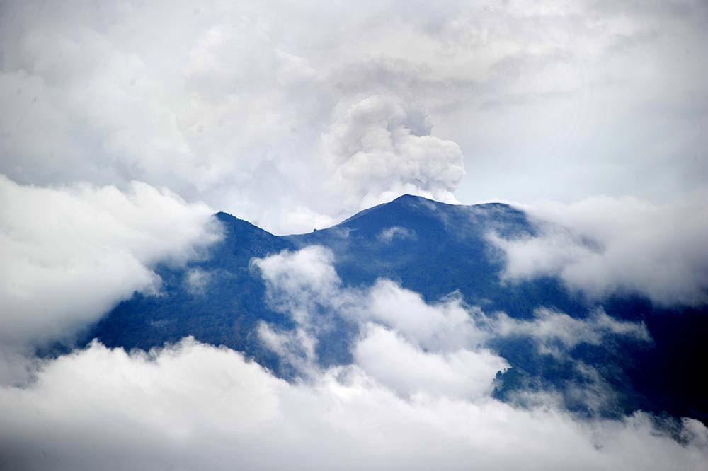 Thousands flee over Bali volcano eruption fears