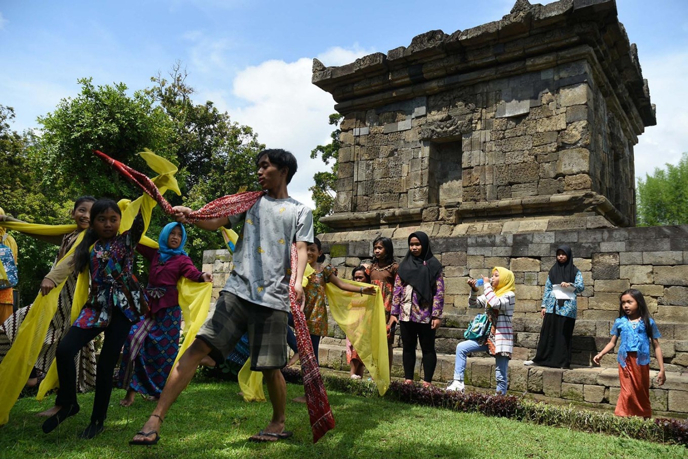 Flow with it: A volunteer teaches students traditional dance moves during the Ajar Pusaka Budaya event. JP/ Aman Rochman