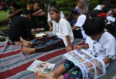 Literary legacy: Students read traditional fairytales during the Ajar Pusaka Budaya event. JP/ Aman Rochman