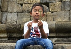 Simply fun: A boy plays with a traditional puppet made of dried grass. JP/ Aman Rochman
