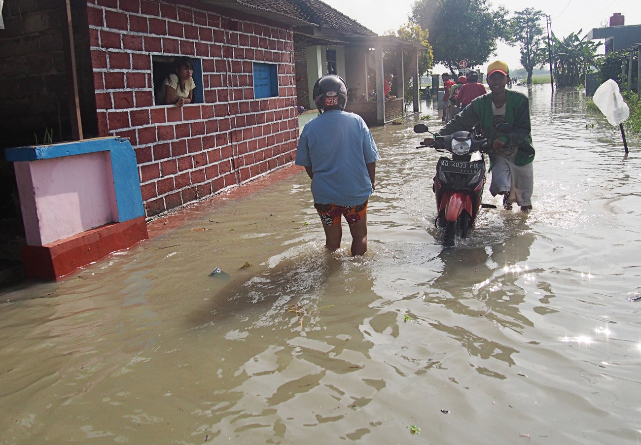 Flood hits Central Java, forces thousands to evacuate