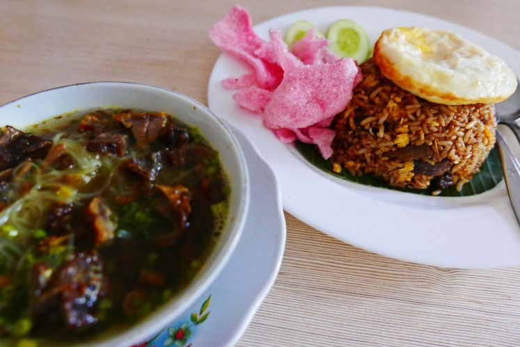 'Soto Padang' (left) and 'rendang' fried rice, two of the most popular dishes at restaurant Soto Padang H. St. Mangkuto.