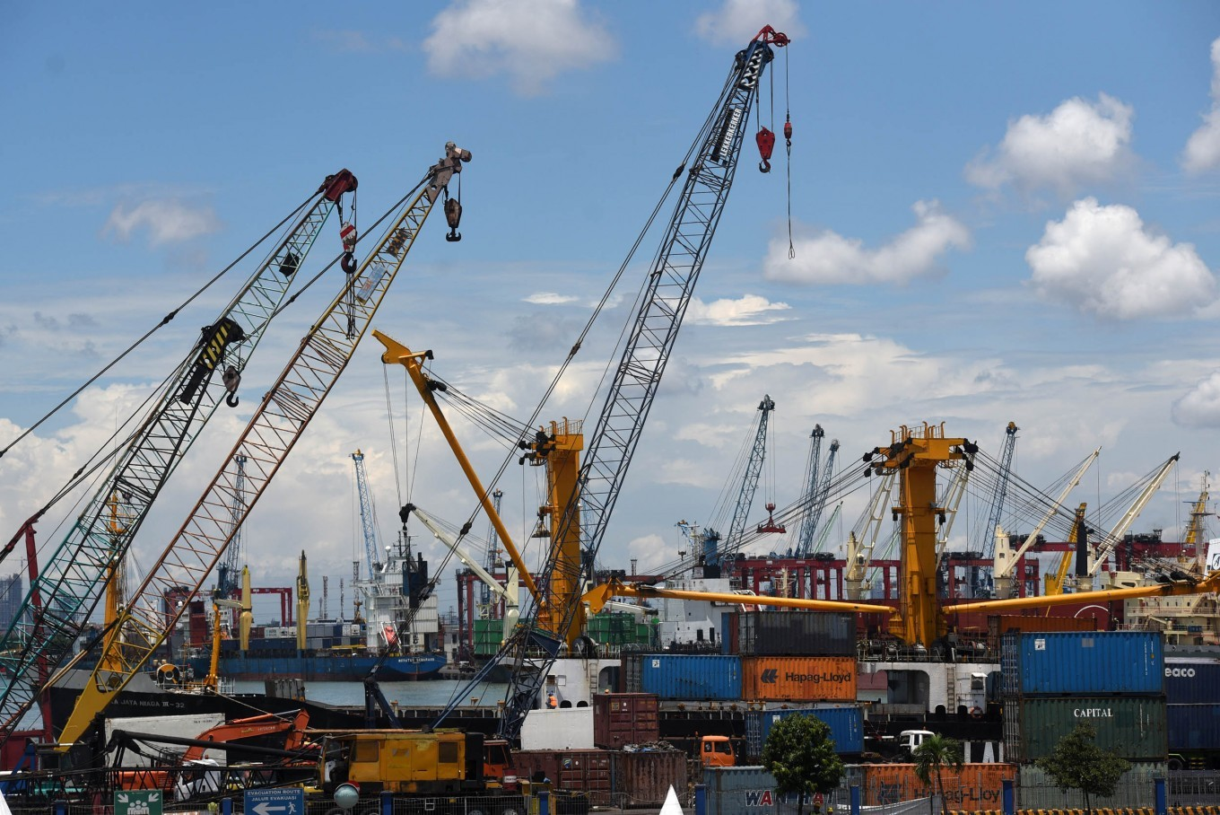 Container ship crashes into crane at Semarang terminal