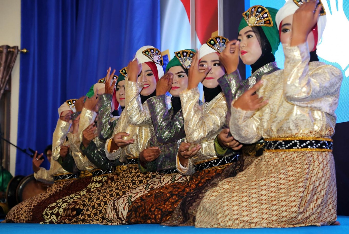 Harmonious: Students of a state high school in Sabang city, Weh Island, perform the Ratoe Jaroh dance during the Quota Donation Movement program presented by mobile services operator XL Axiata. Unlike the Saman dance, which is performed by an odd-numbered group of men, the Ratoe Jaroh dance must be performed by an even number of women. JP/ PJ Leo