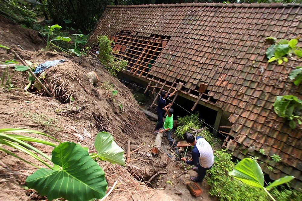 Members of the Kampung Cyber community help clean up debris at a house in Bantul regency on Dec. 3, 2017. JP/Aditya Sagita