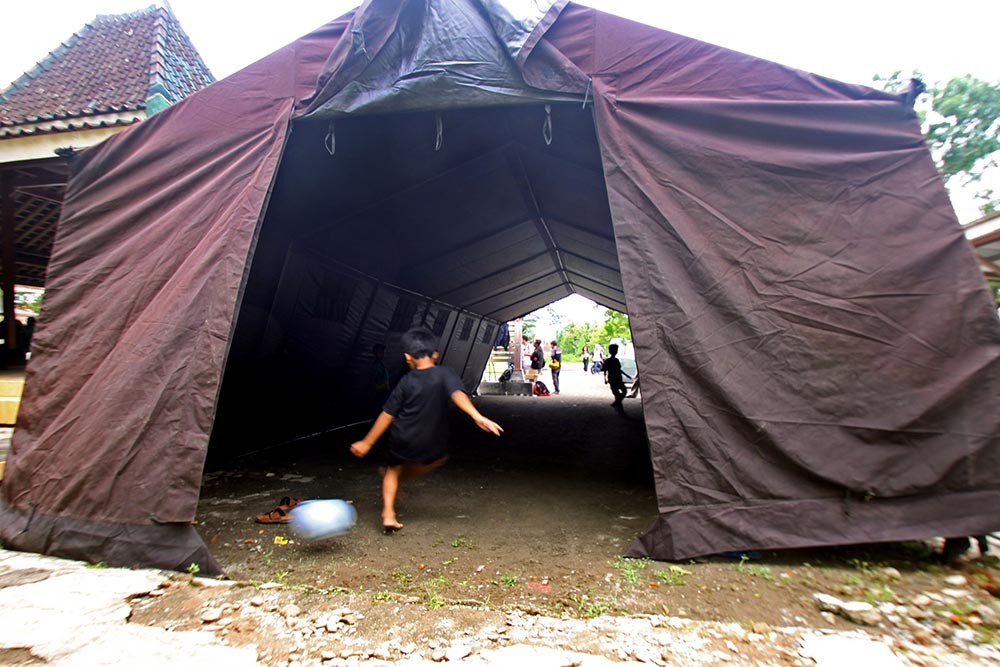 Children play soccer inside a temporary shelter at Kebonagung village hall in Imogiri district on Wednesday Nov. 29, 2017. JP/Aditya Sagita