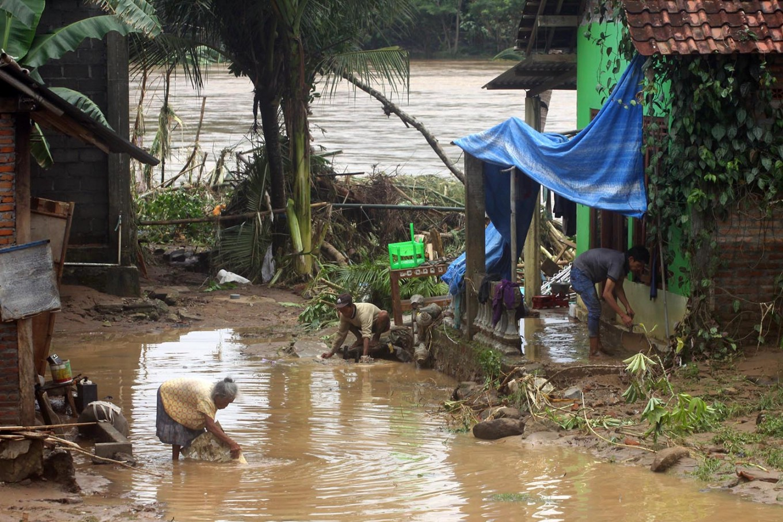 Villagers clean up mud and debris from their houses along the banks of the Oya River in Siluk village, Bantul regency. JP/Aditya Sagita