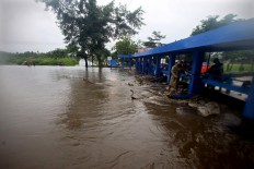 Water from the Winongo River overflows on to Jl. Parangtritis in Srihardono village, Bantul regency. JP/Aditya Sagita