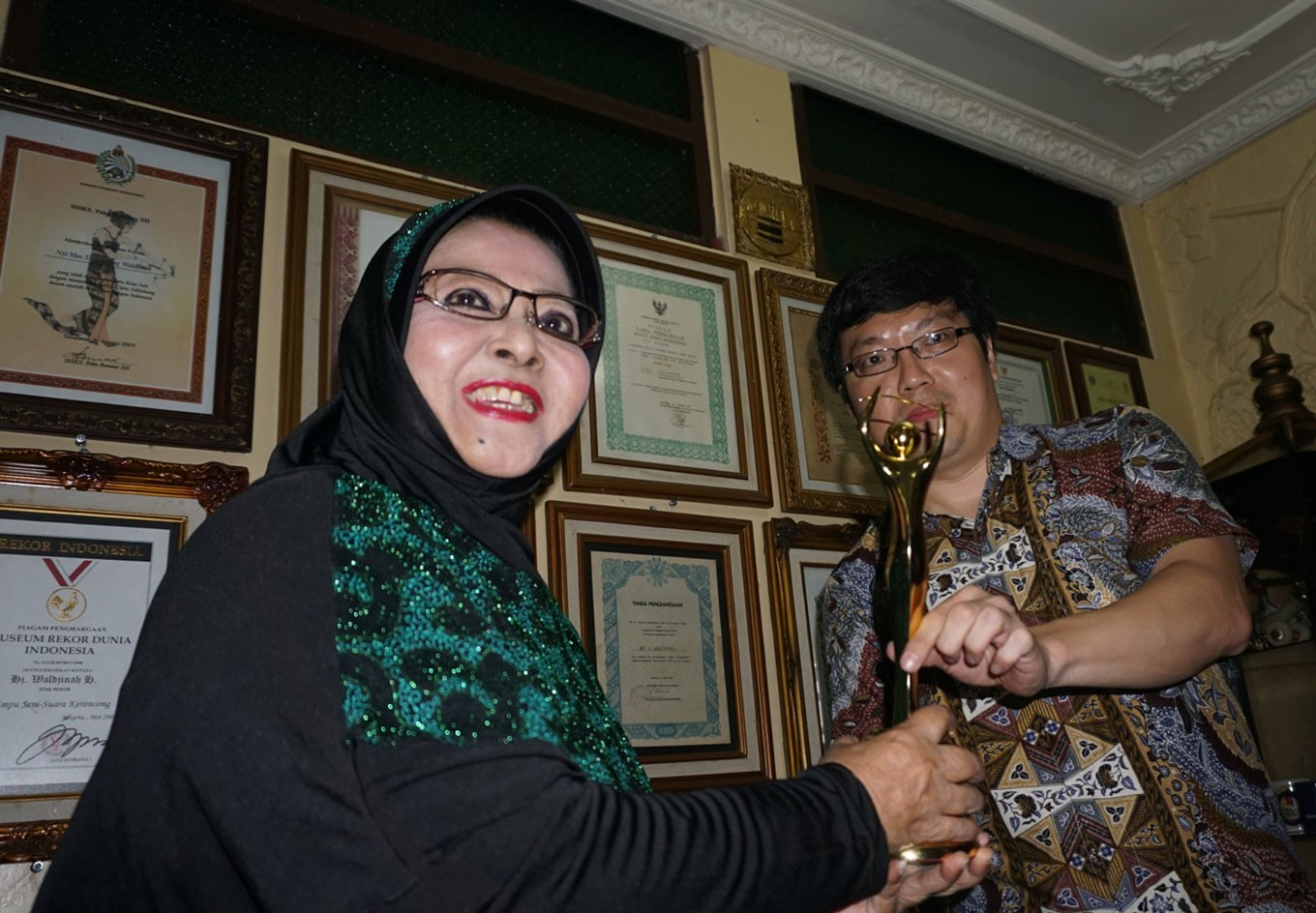 'Keroncong' maestro Waldjinah receives fifth AMI award