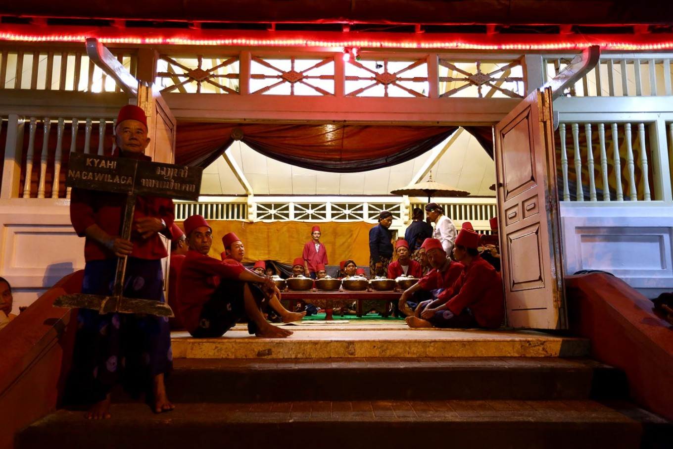Courtiers are ready to carry the Kyai Nagawilaga gamelan back to palace after being set at Kauman Grand Mosque in Yogyakarta on Nov. 30. JP/ Wienda Parwitasari