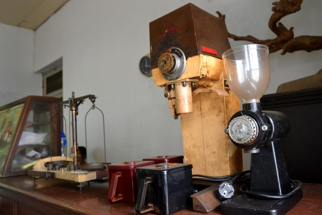 A coffee scale and coffee machine at Margo Redjo coffee roastery.