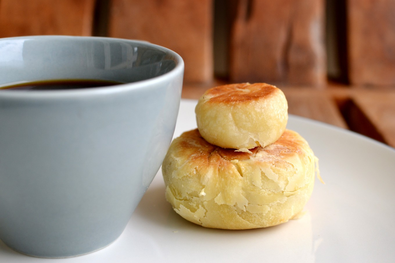 The first thing you will notice is thatYogyakarta-style bakpia appears tobe smallerthanSurakarta's