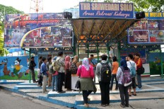 Visitors line up at the entrance of Sriwedari Park on Oct. 19, 2013. JP/Maksum Nur Fauzan