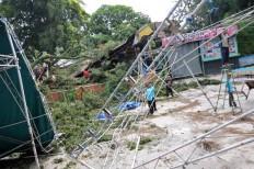 Sriwedari staff repair the music stage, which was destroyed by a fallen tree on April 13, 2014. JP/Maksum Nur Fauzan