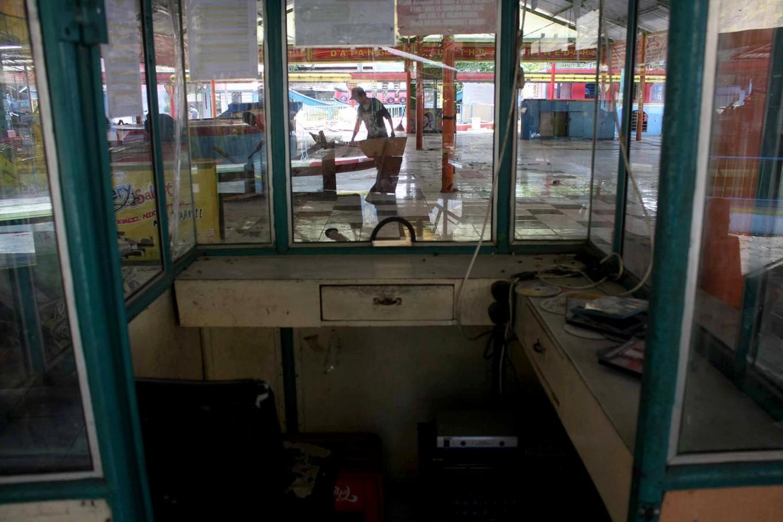 A worker seen dismantling equipment at Sriwedari Park. JP/Maksum Nur Fauzan
