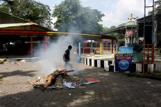A worker burns debris at Sriwedari Park on May 12, 2017. JP/Maksum Nur Fauzan