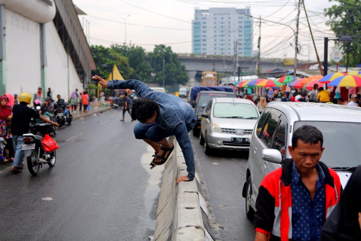 Public minibus drivers oppose road closure in Tanah Abang