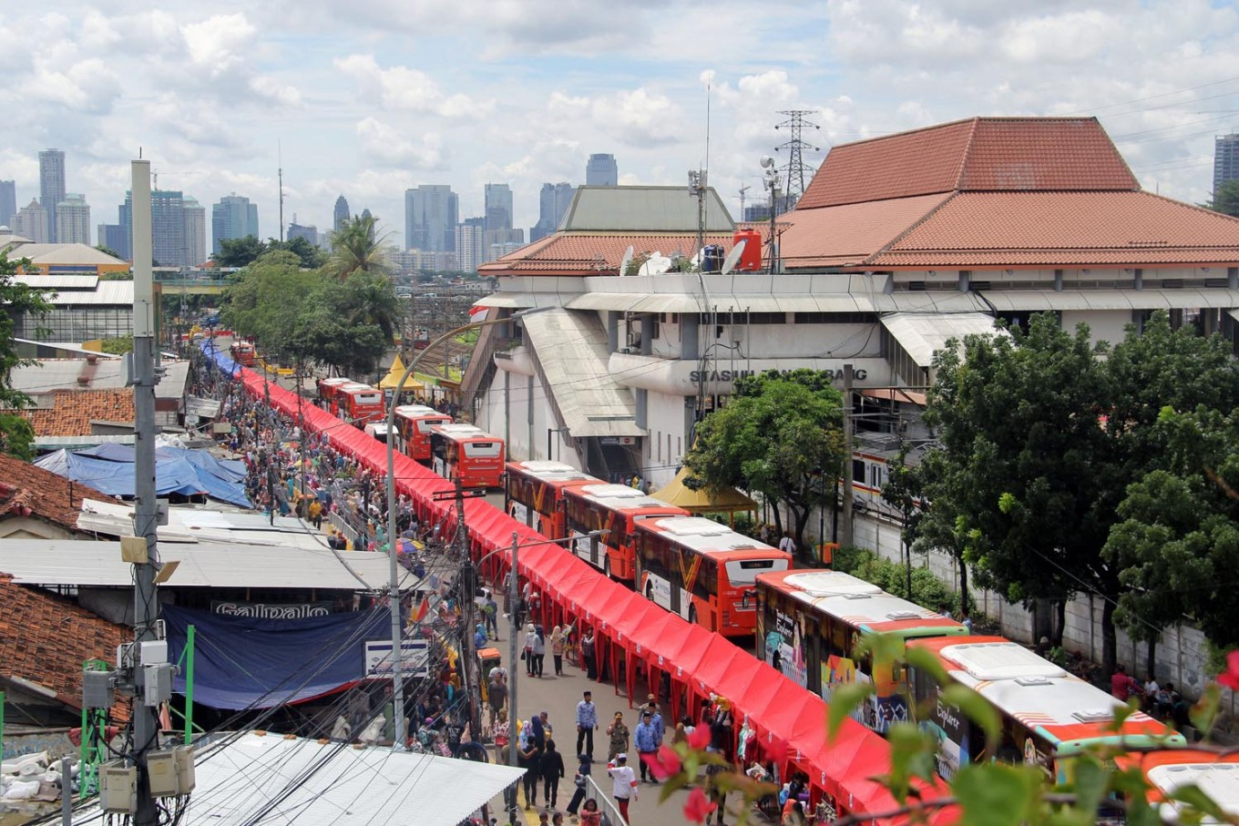 Police object to Jakarta administration closing road for street vendors