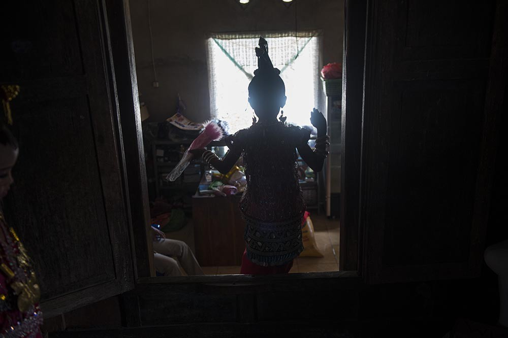 Nadira, 7 years gold, walk into her family room at the Pajam village in Kaledupa Island,  Wakatobi regency, Southeast Sulawesi, on Sunday, Sept. 17, 2017.  Antara/Rosa Panggabean