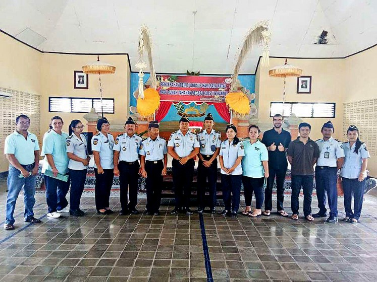 A joyful day: Bangli prison warden Diding Alpian (center) takes a picture with prison officials and several inmates, including Australian citizen  Renae Lawrence, a Bali Nine drug syndicate member, after he handed over Christmas remissions in an event on Dec.25.