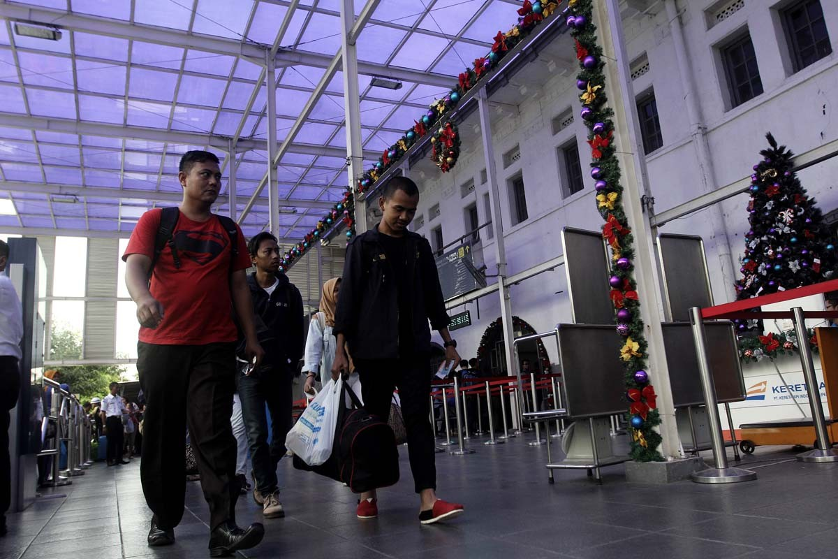 Ready for holidays: Train passengers prepare for a long Christmas and New Year holiday at Pasar Senen station in Central Jakarta. JP/Ben Latuihamallo