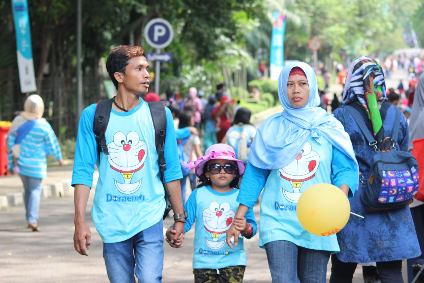 People crowd Ragunan Zoo over Christmas