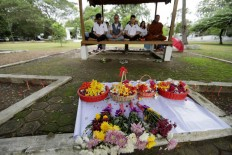 Acehnese people of Chinese descent pray at the burial site. JP/Hotli Simanjuntak