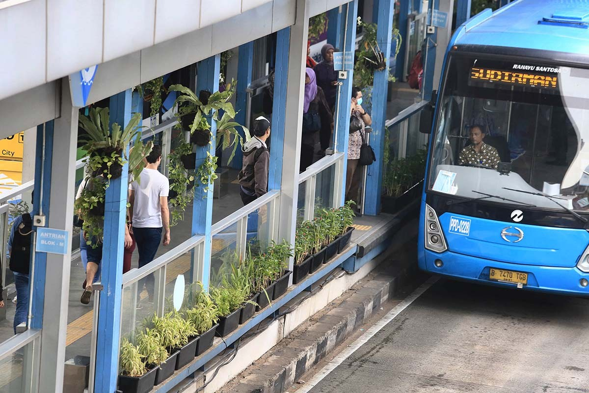 Transjakarta free-ride card registration to open at mayor's offices