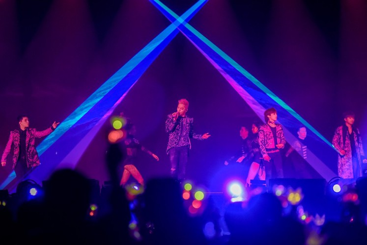 In the absence of rapper T.O.P., the remaining four members of Big Bang filled the three-hour show with the group's longtime hits as well as solo performances by the individual members.
