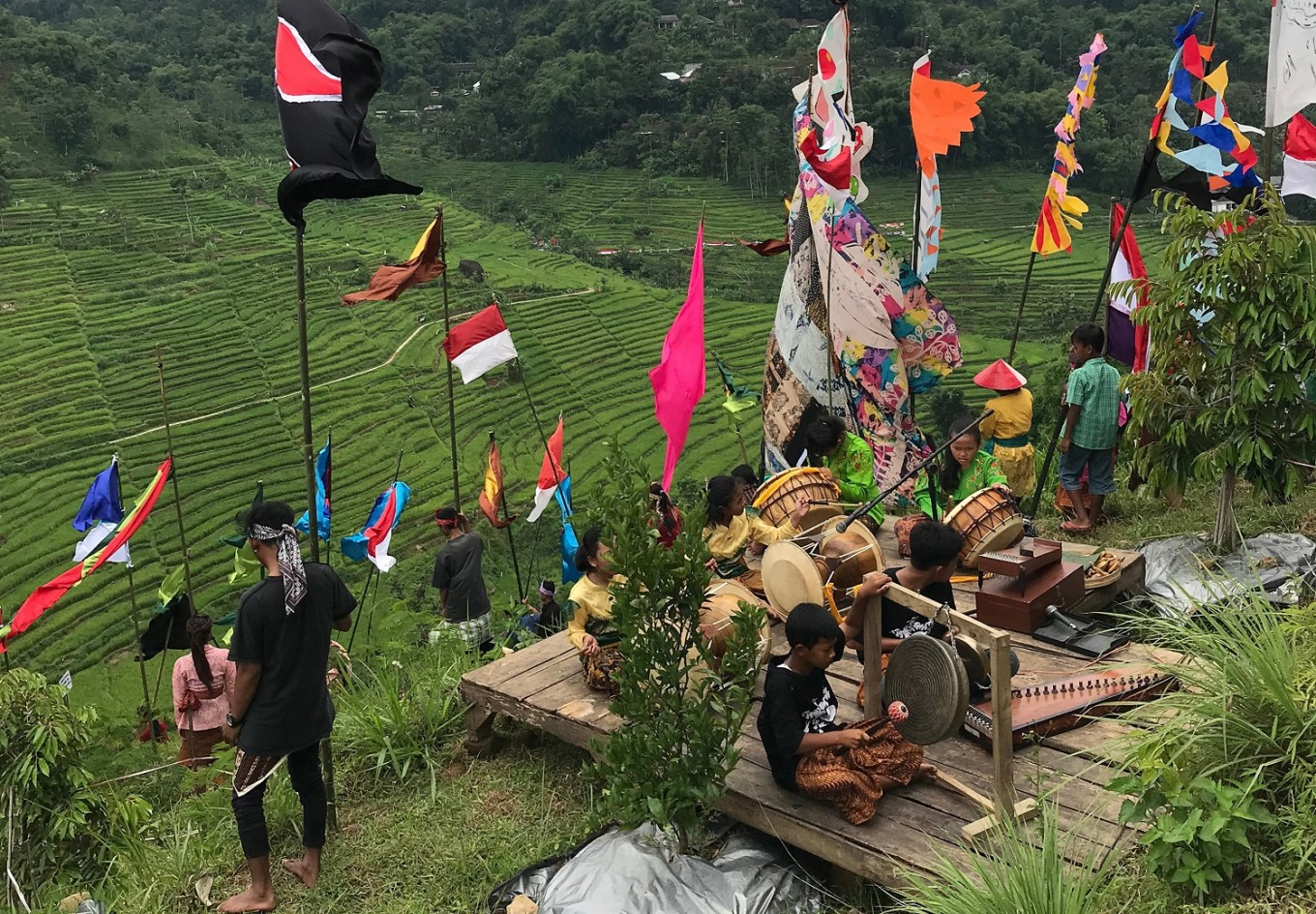 The Mount Lawu Flag Festival featured performances by artists from Yogyakarta and Surakarta accompanied by Lawu Percussion.