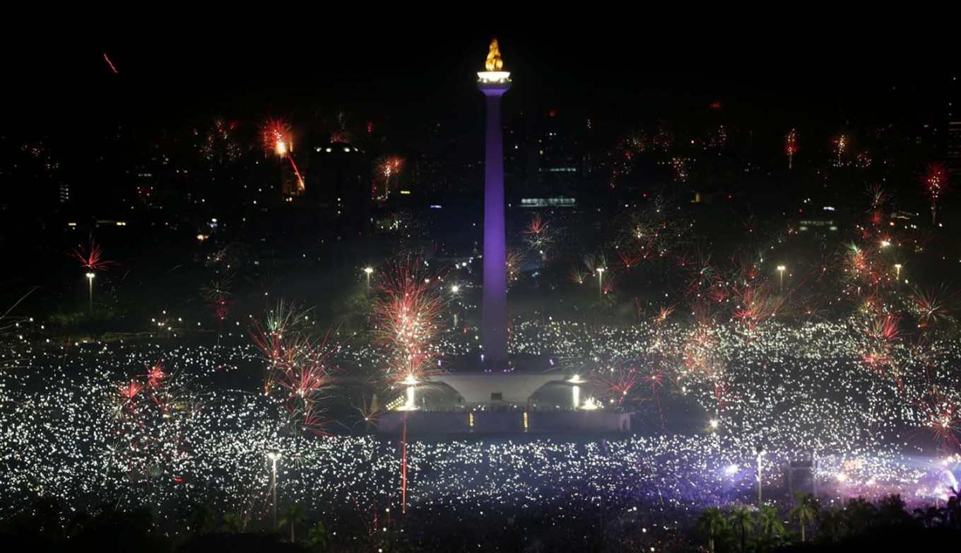 Central attraction: People crowd National Monument (Monas) in Jakarta early Monday to celebrate the New Year. JP/Wendra Ajistyatama